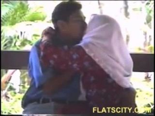 hijabi Mädchen Brüste saugen Außen