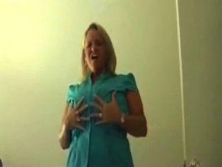 clubtug blonde Dame mit großen Titten wichst