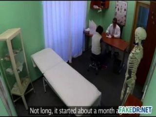 Untersuchung der Haut an einem heißen Babe in der falschen Krankenhaus