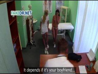 Krankenschwester bekommt der Patient bereit für den Arzt