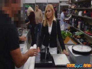 sexuell belästigt MILF wurde gefeuert und geht zu einem Pfandhaus ein paar Sachen zu verkaufen
