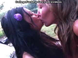 Küken gehen nackt und die heiße College-Mädchen Sex im Freien zeigen