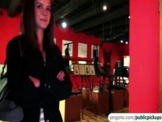 schöne Kelly macht in dem Austausch von Geld im Museum Titten und Arsch