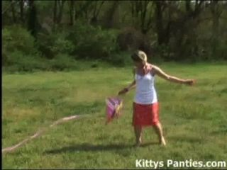 unschuldigen Teenager Kitty ihre Drachen fliegen
