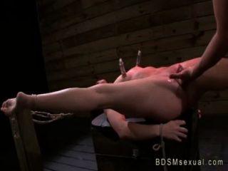 gebunden Babe mit Nippel Pumpen vibed und gefickt