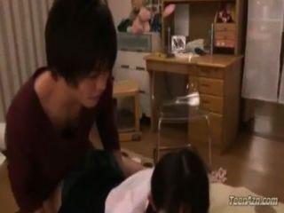 Schülerin bekommen ihre Pussy gefickt Sperma in den Mund Kerl in der r auf dem Bett saugen