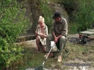 älteres Paar, die Spaß in der Natur