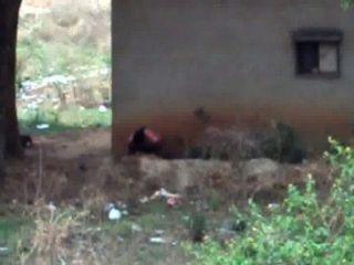 Desi Dame hinter ihrem Haus gepisst 2