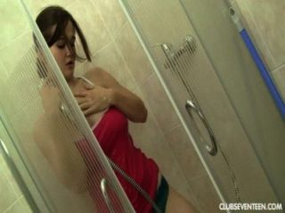 vollbusige Teen masturbiert in Dusche