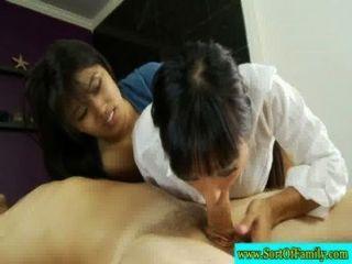 asiatische Mutter und Nachwuchs begrüßen Geck