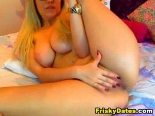 blonde Streifen und Finger ihre Muschi