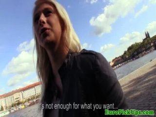 Öffentlichkeit Teenager zog gibt Kopf für Bargeld