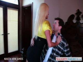 wollüstig blonde nikita von James reiten einen großen Schwanz