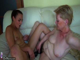 alte Oma mit jungen Mädchen und ihrem Dildo masturbiert
