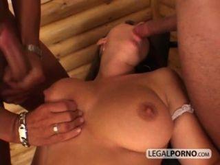 sexy Mädchen mit großen Titten nimmt einen mitten ins Gesicht von zwei riesigen Schwänzen hc-3-02
