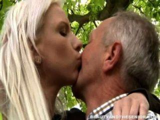 vollbusige blonde jugendlich gibt Kopf zu einem Senior im Freien