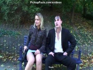 Outdoor-Sex-Szene mit einer blonden