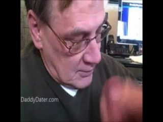 ältere Opa mit Zahnersatz saugt Hahn cum schluckt dann