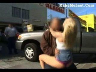 blonde Babe schlug in der Öffentlichkeit