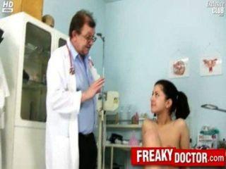 hot tschechische Brünette monika wird von Papa Arzt gefingert