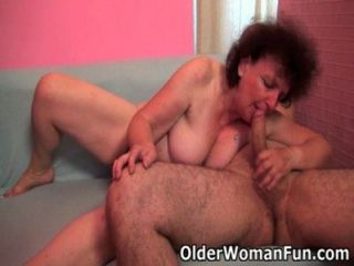 mollige Oma genießt in ihrem Mund und Pussy seinen Schwanz