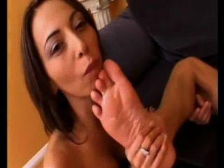 zwei Mädchen Jungs Füße lecken