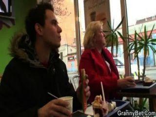 Hahn-hungrige Oma bekommt schlug
