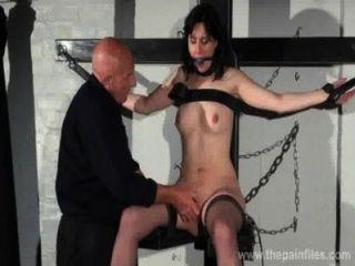 geknebelt Slave Ehrlichkeit Cabelleros erotische Dominanz und Nippel Qualen brunett