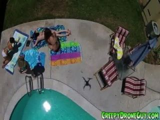 Küken wird von einer Drohne Kerl gefilmt
