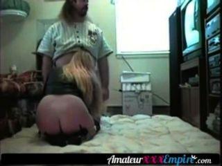 blonde MILF fickt auf dem Boden ihres Mannes