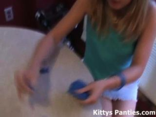 18-jährige Teenager Kitty mit Knetmasse liebt das Spiel