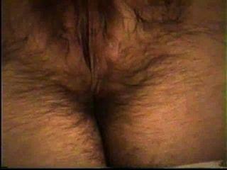 Frau masturbiert ihre heiße haarige Muschi (Orgasmus am Ende)
