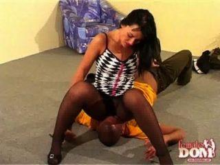 ballbusting donna, die Spaß mit einem Mann.