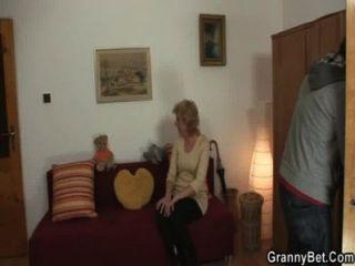 blonde Oma springt auf seinen jungen Schwanz