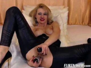 camgirl in Leder mit Orgasmus
