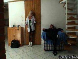 er Schrauben blonde Oma in den schwarzen Strümpfen