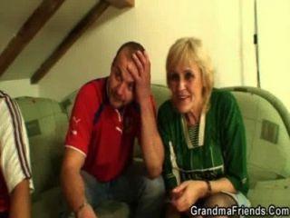 alte Hündin verliert eine Wette und spreizt ihre Beine