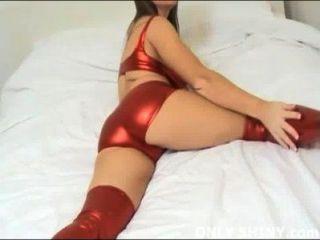 Cate in glänzenden roten PVC-Höschen necken