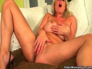 blonde Mütter mit großen Titten lieben dildoficks