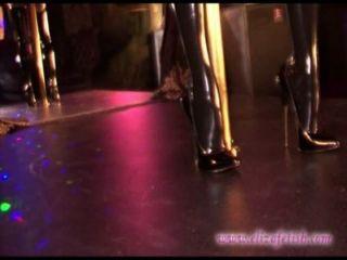 Latexstrümpfe Blondine in 6-Zoll-Stilettos bekleidet