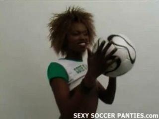 schöne afrikanische Fußball Babe einen Striptease zu tun