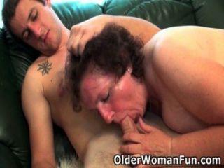 mollig Oma bekommt auf der Couch gebohrt