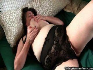 vollbusige Oma hat Pflege ihres pulsierenden harten Kitzler zu nehmen