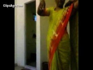 Tante in grün saree ihre Nacktheit vor ihr Kunde vor dem Sex auszusetzen - indian Porno-Videos