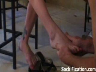 meine Zehen saugen und meine Muschi Sklavenjungen lecken!