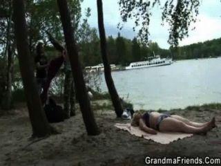 zwei Dudes oldie der Nähe des Sees schlagen