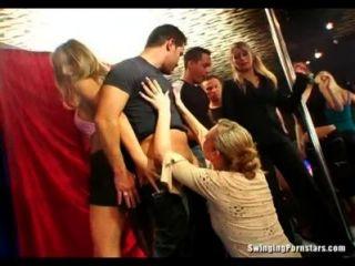 schmutzigen Partei Küken saugen Schwänze in der Club-Orgie