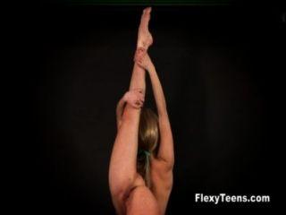 flexible Blondie zeigt nackte Gymnastik