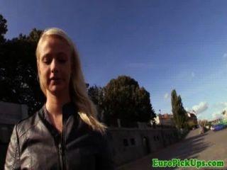 publicsex Amateur saugt Hahn für Bargeld