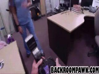 Brunette Babe gibt einen Blowjob vor Doggystyle ficken